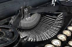 Oude antieke uitstekende draagbare schrijfmachine, close-up van mechani Stock Foto's