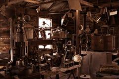 Oude antieke uitstekende workshop   Stock Afbeeldingen
