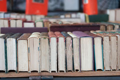 Oude antiquiteit gebruikte boeken stock fotografie