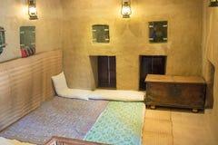 Oude Arabische slaapkamer met hoofdkussens, tapijt en borst Royalty-vrije Stock Foto