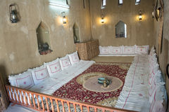 Oude Arabische theeruimte met hoofdkussens, theepot, tapijt en aanstekers Royalty-vrije Stock Afbeeldingen