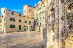 Oude architectuur in stad Sibenik, Kroatië royalty-vrije stock afbeeldingen