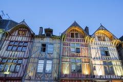 Oude architectuur van Troyes bij nacht royalty-vrije stock afbeelding