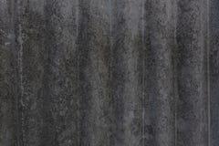 Oude asbest versleten mos-versleten bemoste versleten die lei uit de achtergrond in de schaduw wordt gehaald stock foto