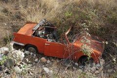 Oude auto bij de bodem van de klip Stock Foto's