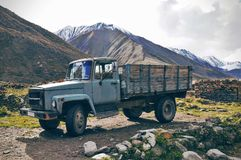 Oude auto in de bergen in Georgië stock afbeelding