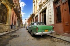 Oude auto in de sjofele straat van Havana, Cuba Stock Afbeelding