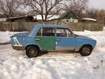 Oude auto in de sneeuw royalty-vrije stock foto's