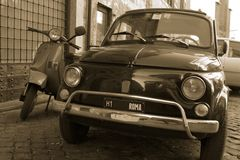Oude auto in de straat van Rome royalty-vrije stock afbeeldingen