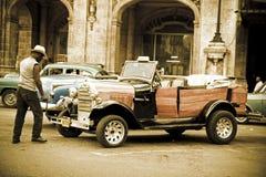 Oude auto in de straten van Havana Royalty-vrije Stock Afbeeldingen