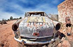 Oude auto in de woestijn Stock Afbeelding