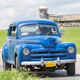 Oude auto dichtbij het kasteel van Gr Morro in Havana Royalty-vrije Stock Foto's