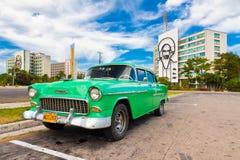 Oude auto die bij het Vierkant van de Revolutie in Havana wordt geparkeerd Royalty-vrije Stock Afbeeldingen
