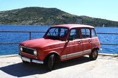 Oude auto door het overzees Royalty-vrije Stock Foto