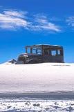Oude auto in een sneeuw Royalty-vrije Stock Afbeeldingen