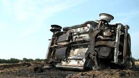 Oude auto gesloopte bovenkant - neer stock footage