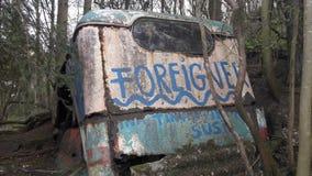 Oude auto in het hout stock fotografie
