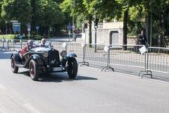 Oude auto in het Mille Miglia-ras Royalty-vrije Stock Foto's