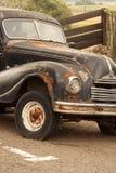 Oude auto in het parkeerterrein Royalty-vrije Stock Foto's