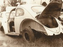 Oude auto in het vernielingsdepot royalty-vrije stock fotografie