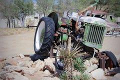 Oude Auto in het zandlandschap stock foto's