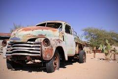 Oude Auto in het zandlandschap royalty-vrije stock foto's