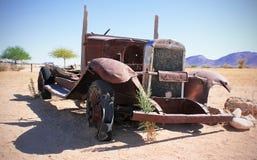 Oude Auto in het zandlandschap royalty-vrije stock fotografie