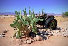 Oude Auto in het zandlandschap royalty-vrije stock afbeelding