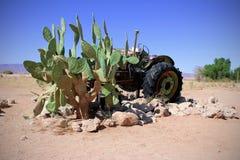 Oude Auto in het zandlandschap stock afbeelding