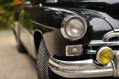 Oude auto - koplamp van een uitstekende auto stock foto's