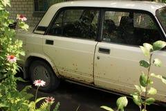 Oude auto met lichaam dat door roest wordt beschadigd Royalty-vrije Stock Foto's