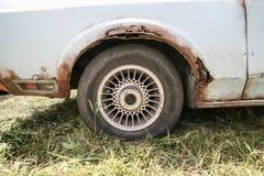 Oude auto met roest op lichaam stock foto's