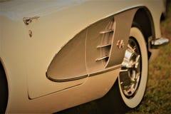 Oude auto met witte wielen Royalty-vrije Stock Afbeeldingen