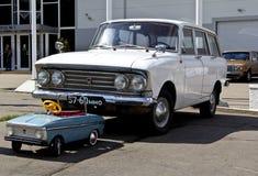 Oude auto Moskvich en stuk speelgoed Moskvich Stock Afbeeldingen