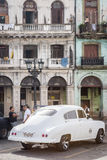 Oude auto naast afbrokkelende gebouwen in Havana Royalty-vrije Stock Foto