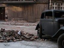 Oude auto naast uitstekend oud huis royalty-vrije stock fotografie