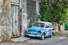 Oude auto op de straat Stock Afbeeldingen