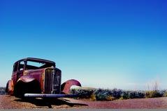 Oude auto op de weg stock afbeelding