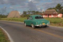 Oude auto op plattelandsweg dichtbij Vinales Royalty-vrije Stock Foto's