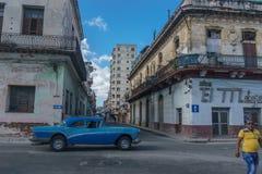 Oude auto op straat fron La Havana Stock Foto's