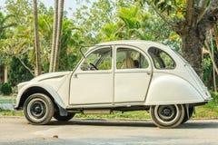 Oude auto op weg in Hanoi, Vietnam op 12 December, 2016 Royalty-vrije Stock Fotografie
