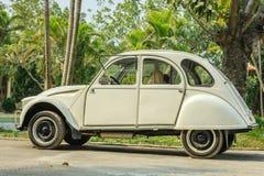 Oude auto op weg in Hanoi, Vietnam op 12 December, 2016 Royalty-vrije Stock Afbeeldingen