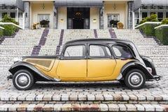 Oude auto, zijaanzicht Royalty-vrije Stock Afbeeldingen