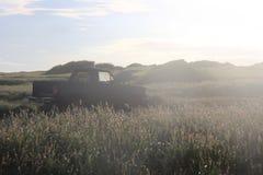 Oude auto in zonsondergang royalty-vrije stock afbeeldingen