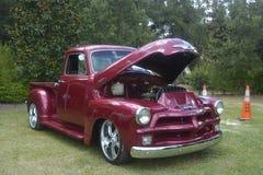 oude autobestelwagen Chevrolet 3100 wijnkleur, originele motor royalty-vrije stock afbeelding