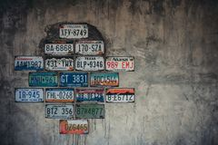 Oude autoplaat op de muur, achtergrond, royalty-vrije stock fotografie