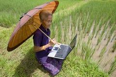 Oude Aziaat met laptop Royalty-vrije Stock Afbeelding