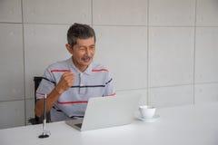 Oude Aziatische gelukkige mens en glimlach met zijn succes royalty-vrije stock foto's