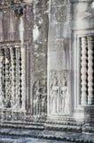 Oude Aziatische steen gesneden cijfers in angkor wat tempel Kambodja Stock Foto