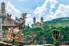 Oude Aziatische tempel op groene heuvel in Dalat Vietnam royalty-vrije stock afbeelding